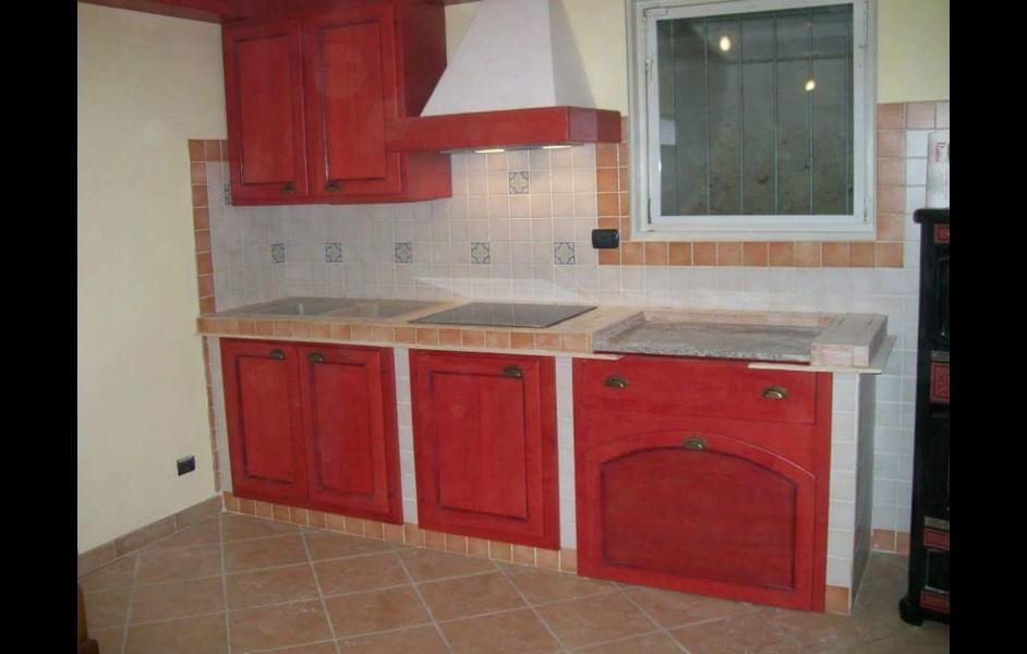 Cucina in legno laccato rosso