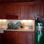 Cucina in ciliegio.  Frigo FIAT originale anni '60 e lavello in marmo giallo d'Egitto
