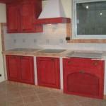 Cucina in muratura con ante in legno laccato rosso